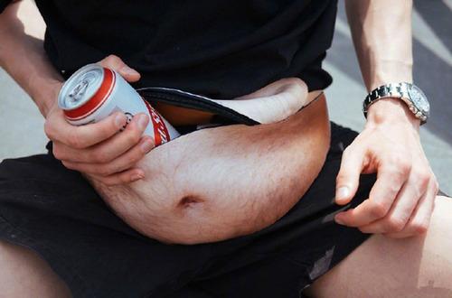 情人節送禮全攻略-啤酒肚當中拿出一罐啤酒