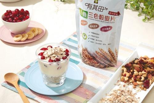 隔夜燕麥罐的材料:有其田三色穀麥片、水果及其他配料