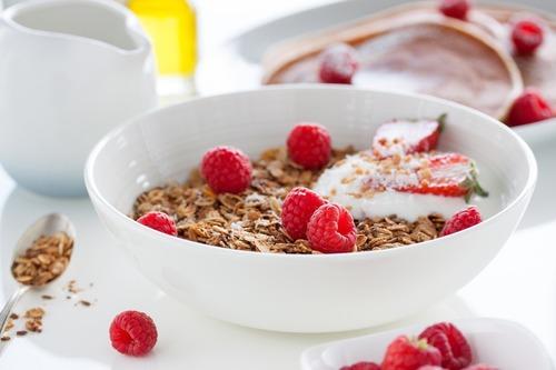 市售麥片可能包含許多添加物,例如:糖、麥芽糊精等