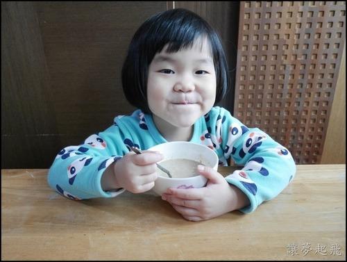 小孩試喝有機多穀植物奶及三色穀麥片