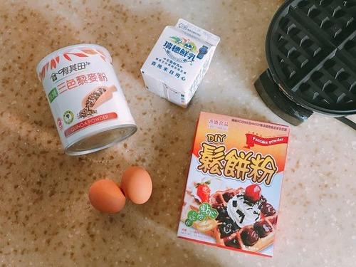 自製素食早餐鬆餅材料:牛奶、蛋、鬆餅粉、有其田三色藜麥粉