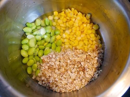 鹹麥片粥材料放入鍋中