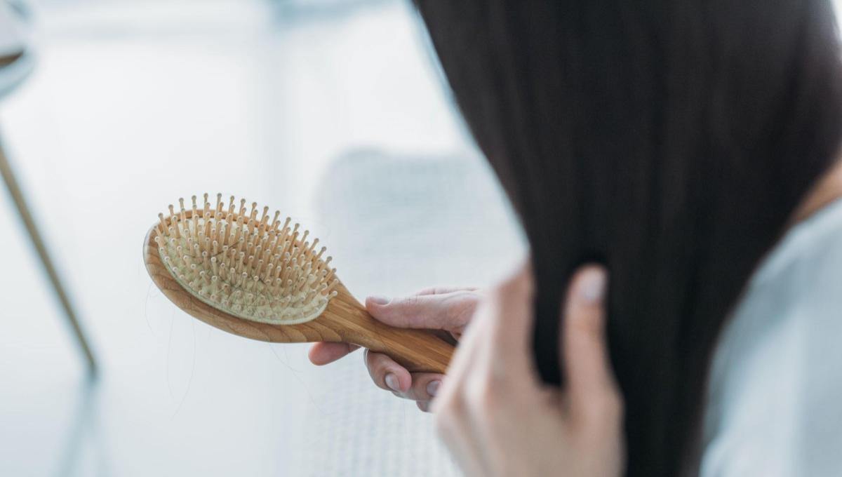 女孩子梳頭髮,時常梳子上都是落髮