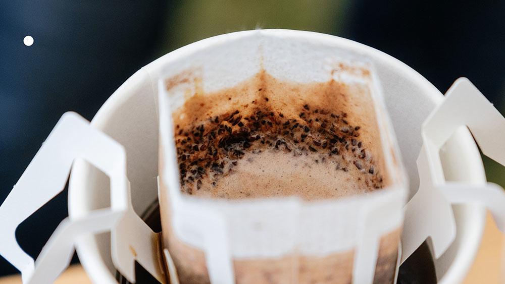 濾掛咖啡悶蒸中,表面浮現新鮮的泡泡