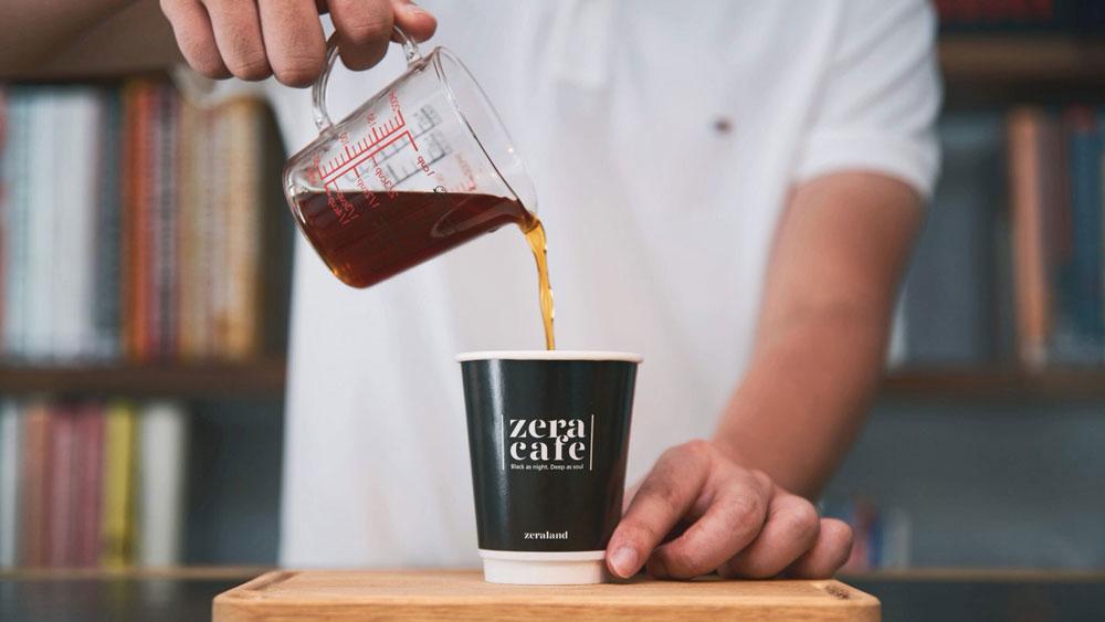 將單品咖啡倒入到咖啡杯中