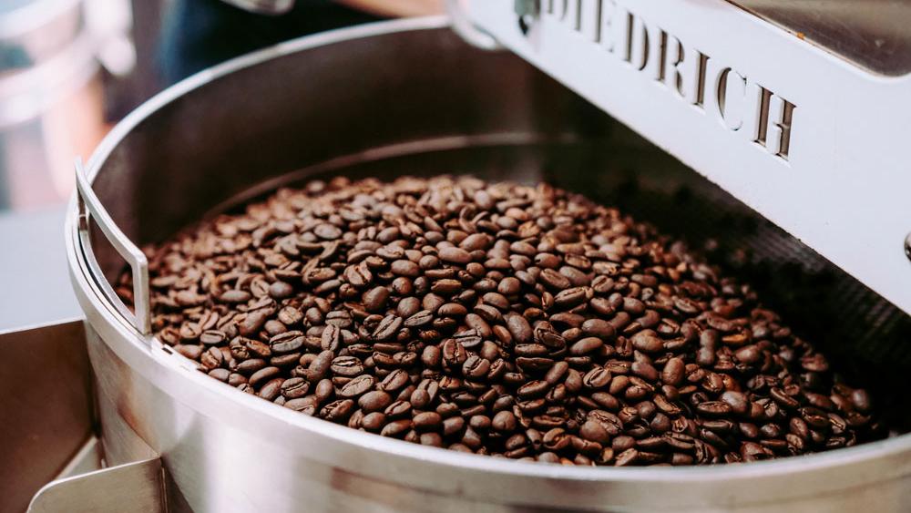 咖啡豆在烘豆機中烘焙