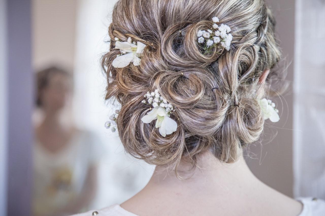 合適嘅婚禮髮型及妝容能為你展現神采飛揚嘅一面