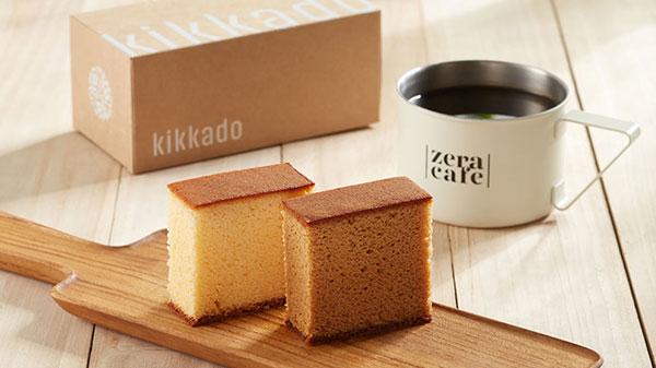 吉賀堂KIKKADO長崎蛋糕放在木盤上,旁邊有ZeraCafe單品咖啡