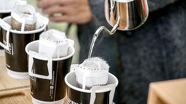 在戶外手沖濾掛咖啡