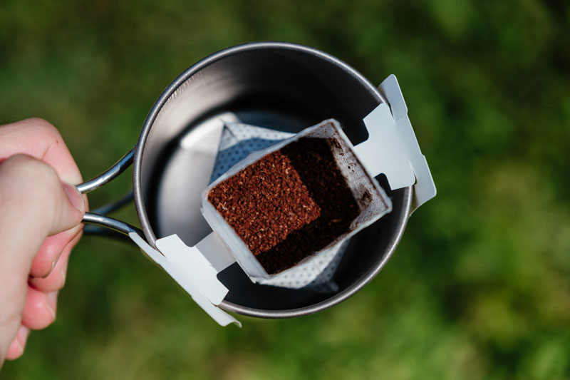 特寫濾掛式咖啡的咖啡粉末