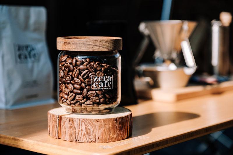 玻璃罐中的咖啡豆擺在戶外