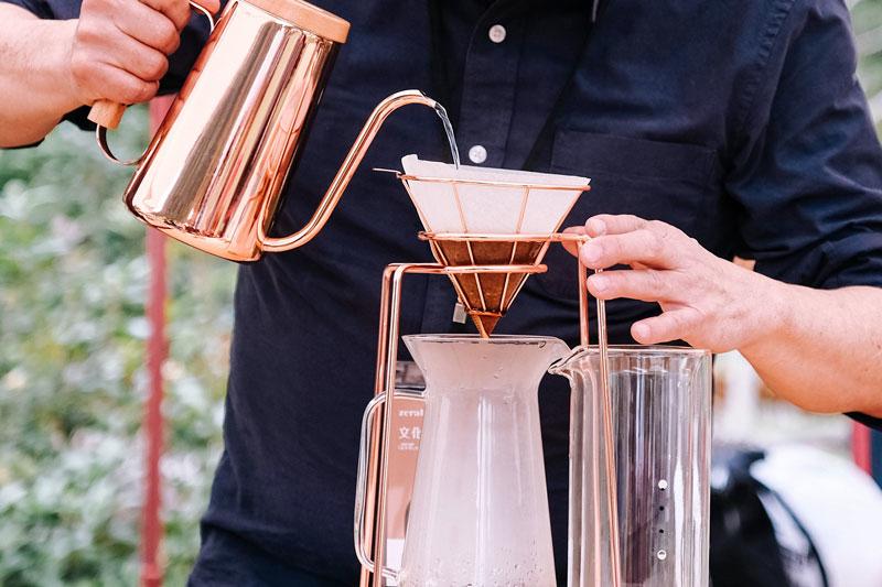 在戶外咖啡手沖,注水中