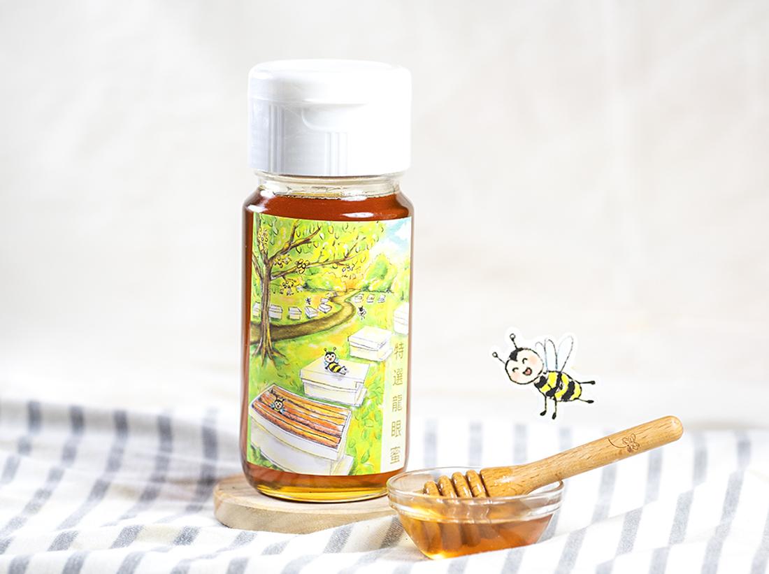 蜂樺蜂蜜專賣店帶著對天然純淨蜂蜜的堅持,睽違一年再度參與蜂蜜評比,今年於4月2日採集於台南青山地區的龍眼蜜,經過養蜂協會與農委會的專業評比,再度獲全國龍眼蜜評鑑「頭等獎」殊榮,不僅僅是對陳冠樺一路以來精心培育蜜蜂的肯定,也是對蜂樺蜂蜜專賣店三代人秉持初衷所能給予的最佳榮譽。