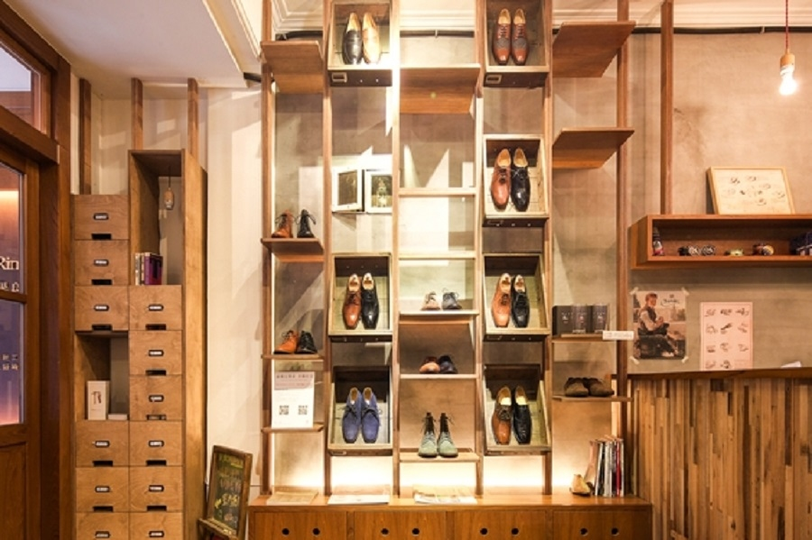 用台灣早期的檔案木櫃做成的展架