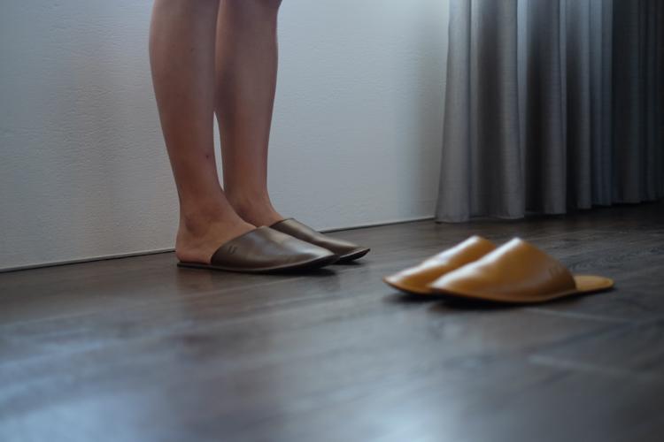 試穿林果的牛皮室內拖鞋