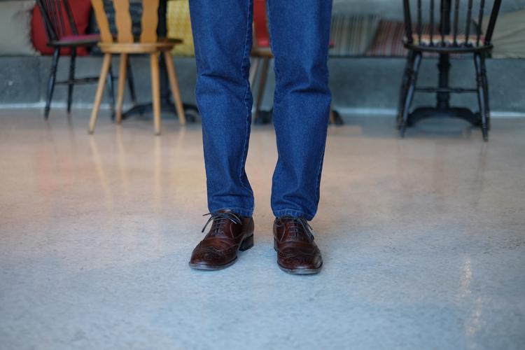 工作人員穿著林果的經典鞋款