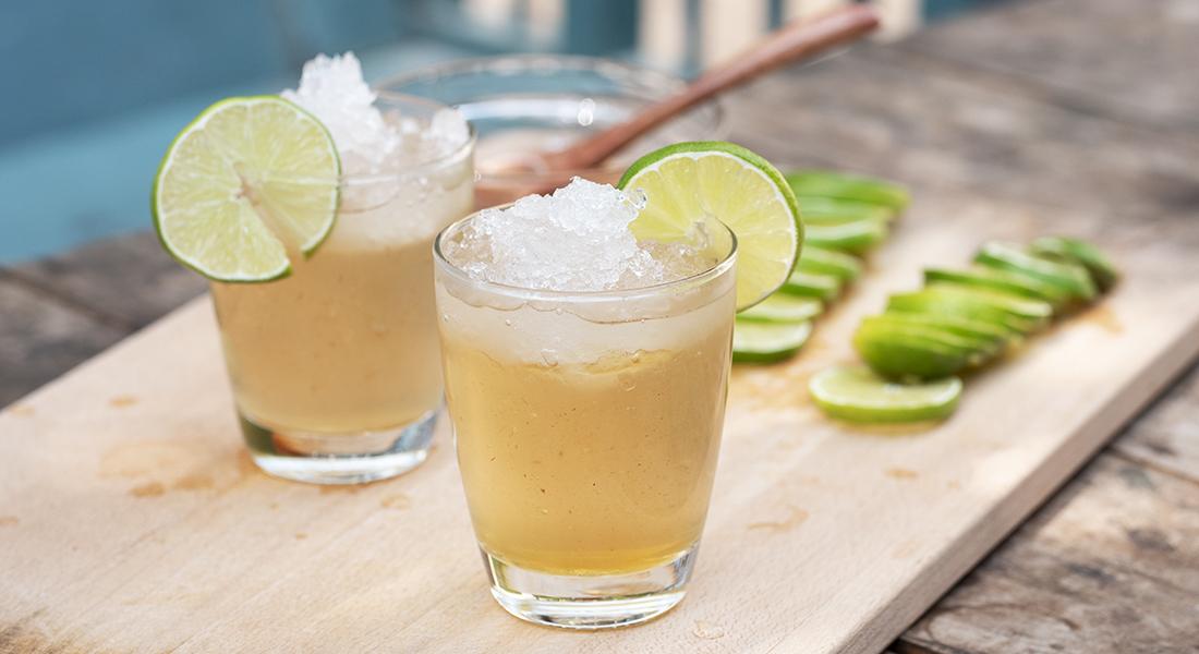夏天到了,當然不能錯過這一味,酸甜好滋味的蜂蜜檸檬愛玉!自己做的消暑夏季甜品,吃得健康又安心,並且加入蜂樺純淨的好蜜,此次是使用擁有極高甜度的龍眼蜜搭配檸檬擁有圓潤且清甜的口感,或是另一個也可以參考擁有高甜度的荔枝蜜!接下來就一起來動手做做看吧!