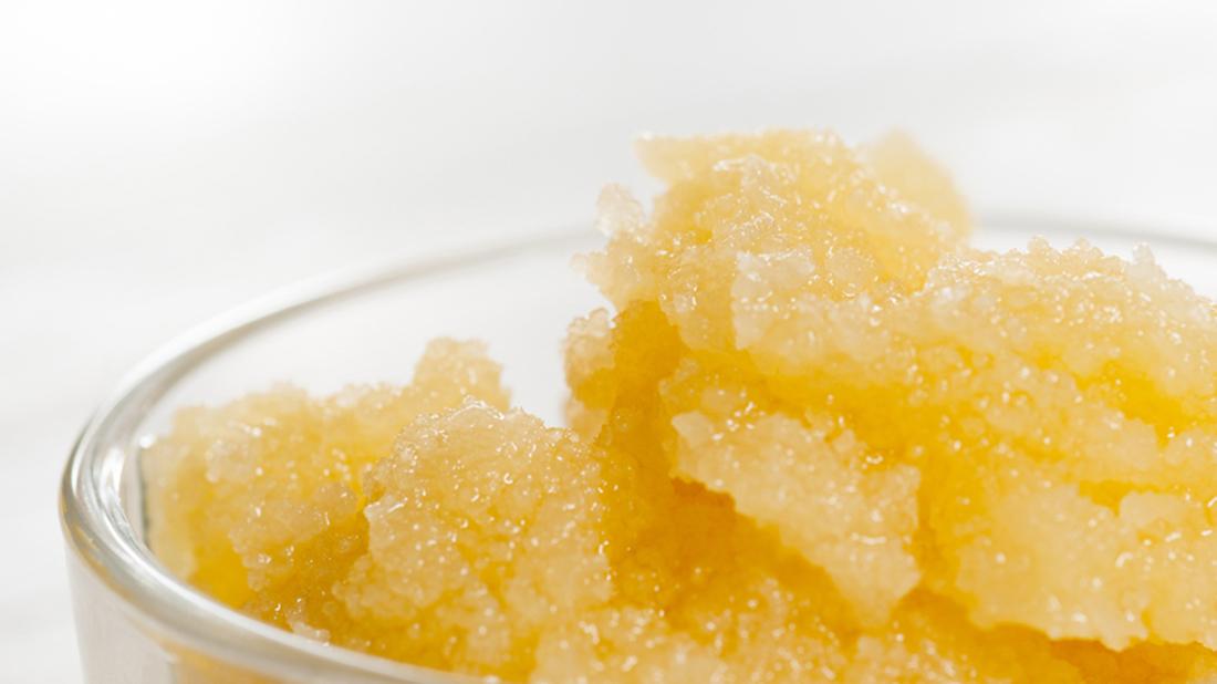 真蜂蜜加水搖晃,氣泡綿密持久,真蜂蜜因富含酵素及葡萄糖,加水搖晃會產生綿密持久的氣泡,如果氣泡很快就消失,或是搖晃出較大的氣泡,就有可能是假蜂蜜。 | 蜂樺蜂蜜專賣店