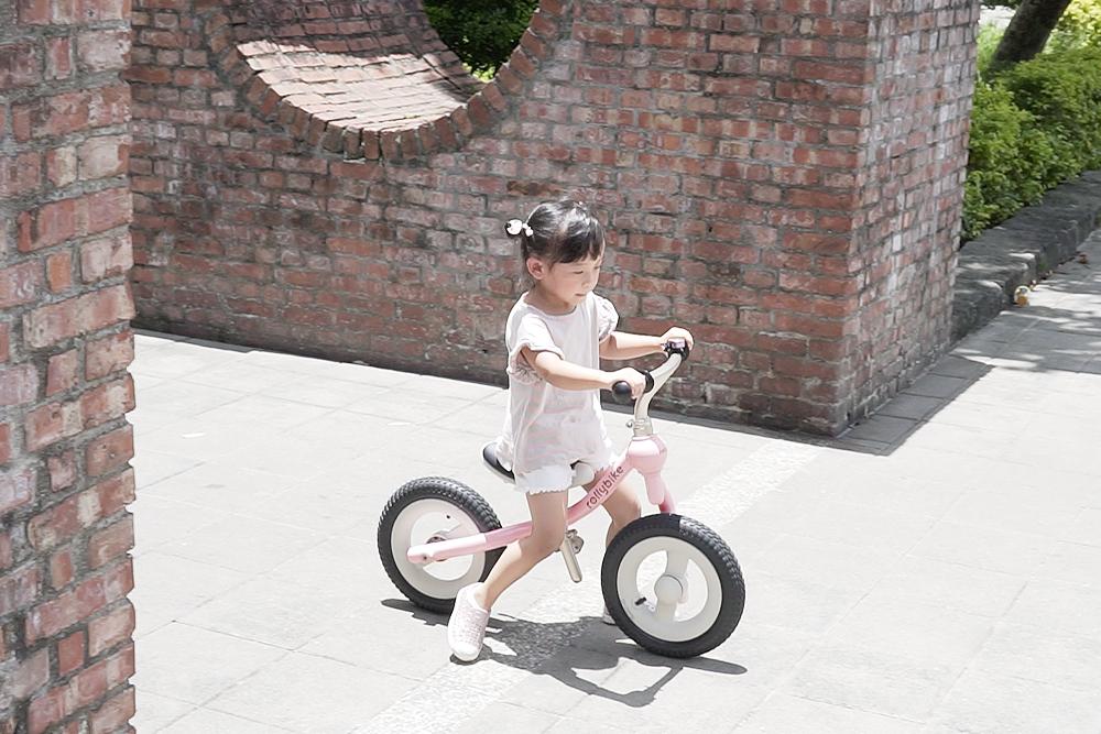 妹妹開心地在公園騎乘滑步車