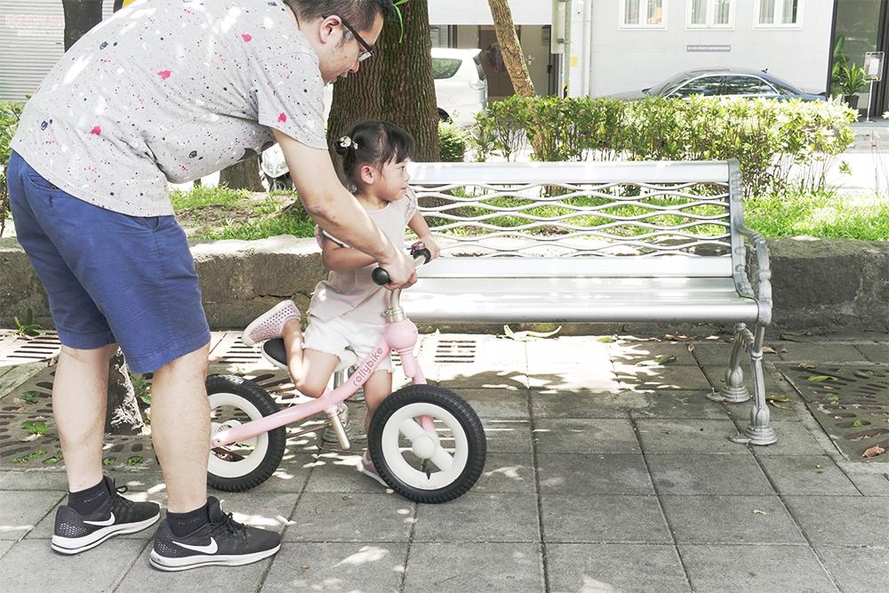 爸爸幫忙扶著龍頭,妹妹就雀躍地想騎上車