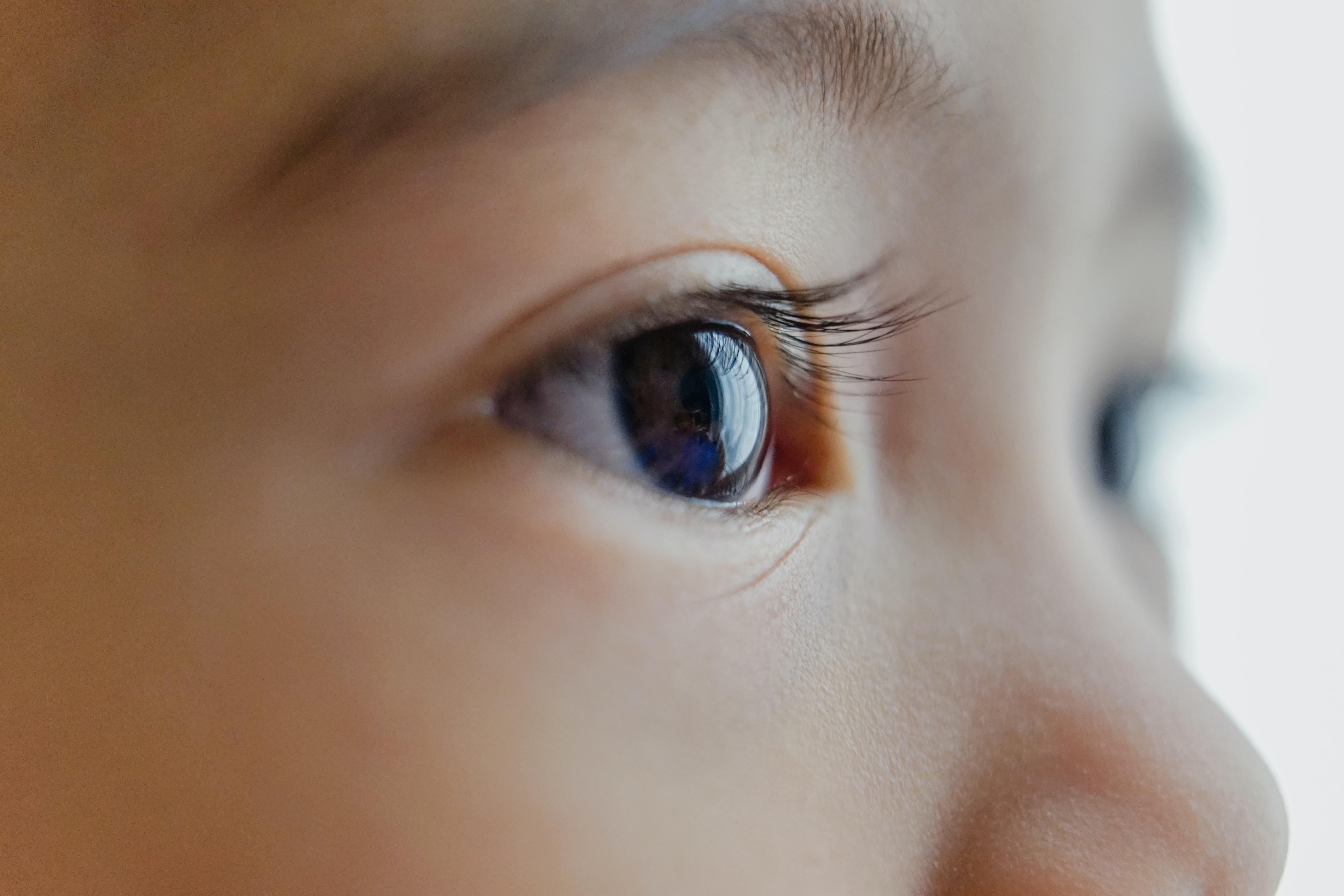 3C產品的藍光,容易讓眼睛患有黃斑部病變?怎麼辦?|永真生技,一氧化氮的專家