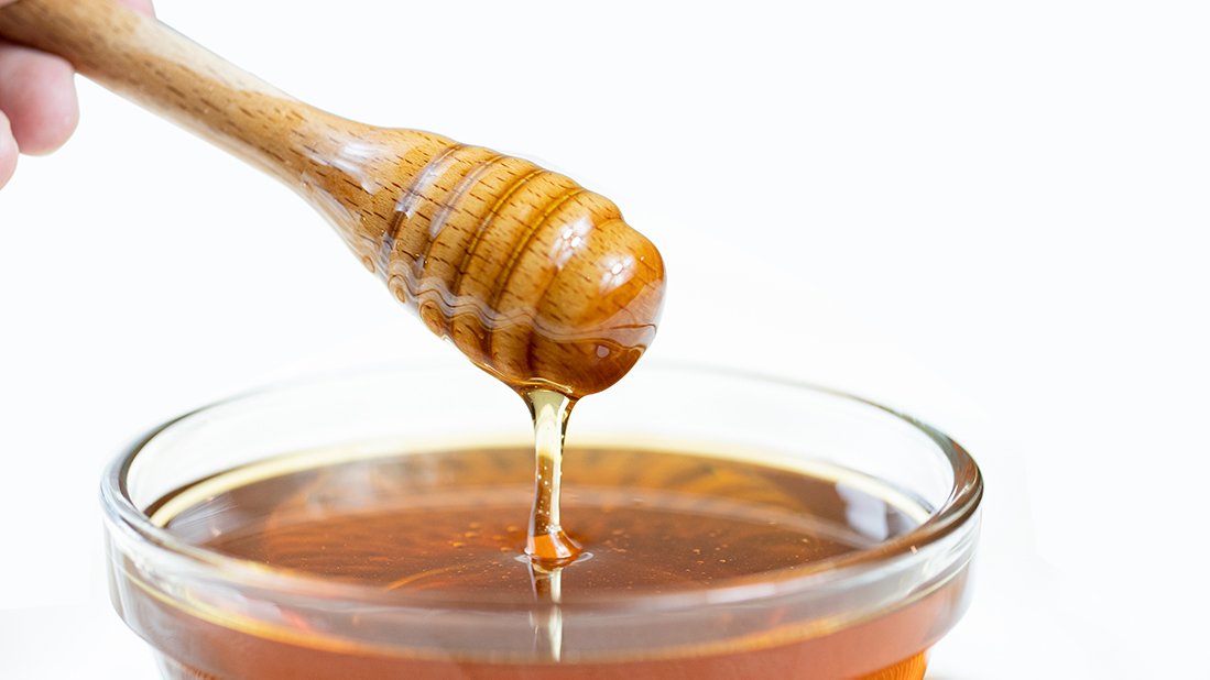 蜂蜜是來自於大自然的甜味劑,又是非常好的營養補給,既能調整體質也能快速補充缺失的能量,這麼多的好處讓蜂蜜成為了不少人家中的必備食品,但到底要怎麼樣分辨蜂蜜有沒有壞呢?蜂蜜又要怎麼保存?讓養蜂三代的蜂樺蜂蜜專賣店告訴你吧!   蜂樺蜂蜜
