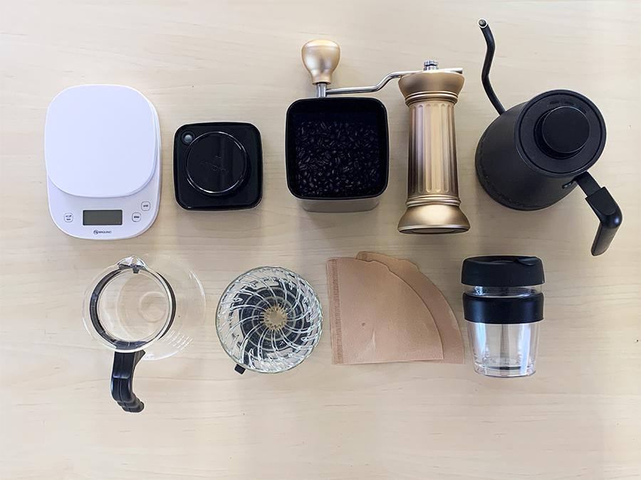 電子秤、咖啡豆、磨豆機、溫度計、手沖壺、濾紙、濾杯、咖啡壺,擺放
