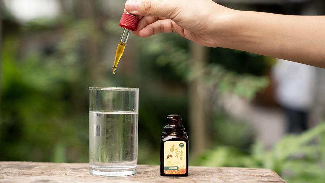 大多數人對於蜂膠的第一印象大概就是辛辣的味道吧!因富含黃酮類物質的關係,蜂膠直接吃的話嚐起來有股辛辣的味道,因為口感較差這方法也不推薦給初次食用蜂膠的人使用,就讓蜂樺蜂蜜專賣店告訴你蜂膠該怎麼食用吧!配合溫開水食用稀釋後食用。先含一口水,再將蜂膠滴入口中。透過上面的方式就可以避開蜂膠的刺鼻感了喔!想嘗試的朋友可以試著使用看看!
