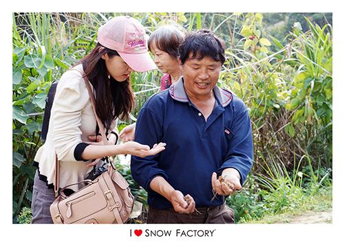 農場主人賴先生親切地跟我們解說草莓好吃的祕密就是來自於土壤的養分,這裡的草莓不施用化學肥料,純粹只以稻殼等天然肥料施作,種出來的草莓非常地鮮甜自然,十分好吃呢