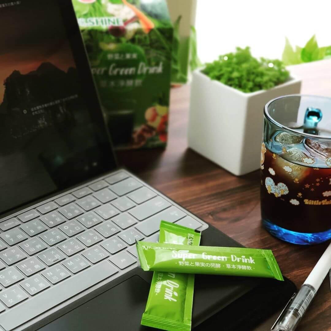 草本淨酵飲在電腦桌上