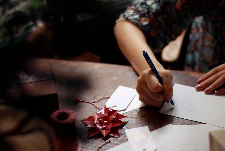 一名男人在手寫聖誕節卡片