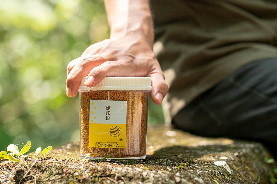 以中等體型的人做計算,登山一天需多攝取2000大卡左右的熱量,為了補充登山所流失的能量,爬山中途需要補充含有大量醣類與熱量的食品,蜂蜜水因此成為登山友不可或缺的好夥伴!來自大自然的獻禮,有著自然甜味劑之稱的蜂蜜,其主要成分為葡萄糖和果糖,含水量20%左右,除了有能讓人體快速吸收能量的葡萄糖外,身體也能從中快速產生能量、幫助維持體力。