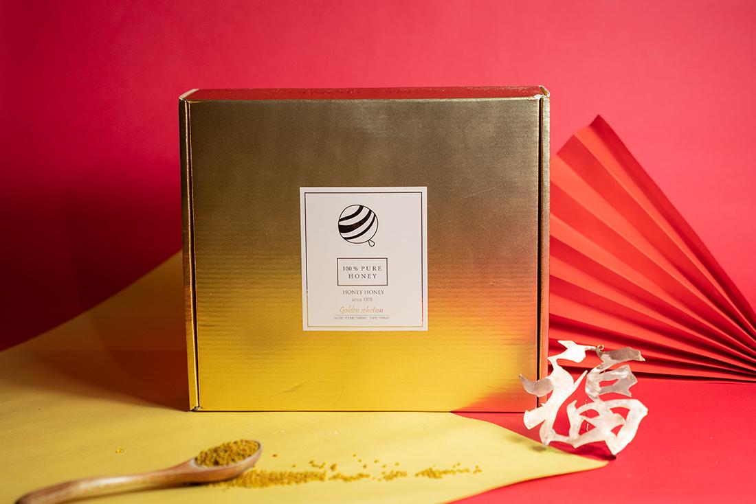 在喜氣洋洋的新年裡將最具心意的甜蜜獻禮送給心愛的家人,讓天然純淨的蜂蜜甜到家人心坎裡,想買蜂蜜當過年禮盒就看這裡!蜂樺蜂蜜專賣店將最熱門的蜂蜜禮盒組合獻給你,農曆新年就要到了,有多久沒能好好回家吃頓團圓飯、跟親人拜個年、在麻將桌上摸個幾圈,今年買個好禮回家拜年吧!