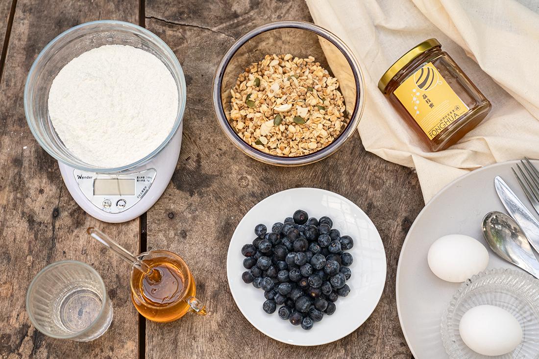 超簡單甜點教你做!只需要簡單幾步驟就能親手做出鬆軟可口的鬆餅喔!搭上甜蜜純淨的蜂蜜,美好的下午茶靠這味,一起來跟著簡單步驟做看看~食材準備-可做四片(1~2人份),1. 蜂樺純淨蜂蜜 |荔枝蜜*適量  / 百花蜜*適量2. 鬆餅粉120g3. 飲用水60g 4. 雞蛋1顆5. 適量藍莓、麥片。