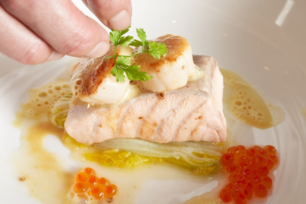 水波鮭魚奶油白菜襯魚子_擺盤