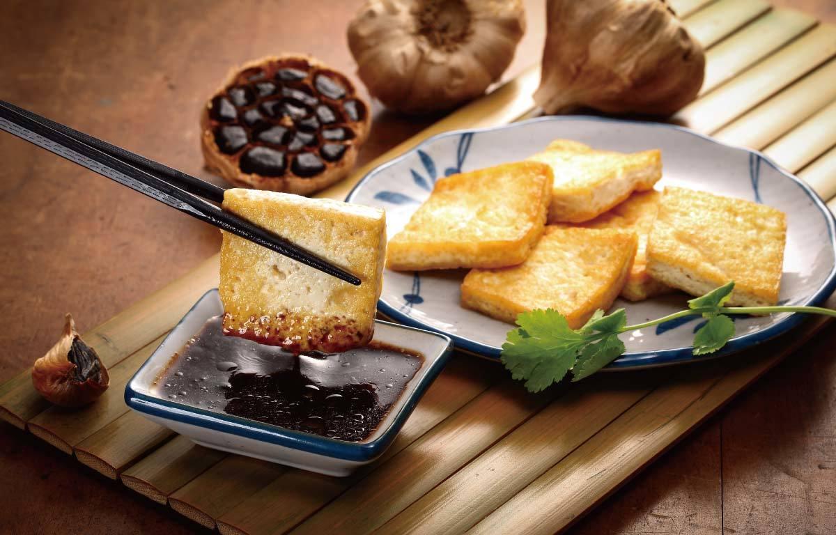 香煎豆腐搭配黑蒜醬汁
