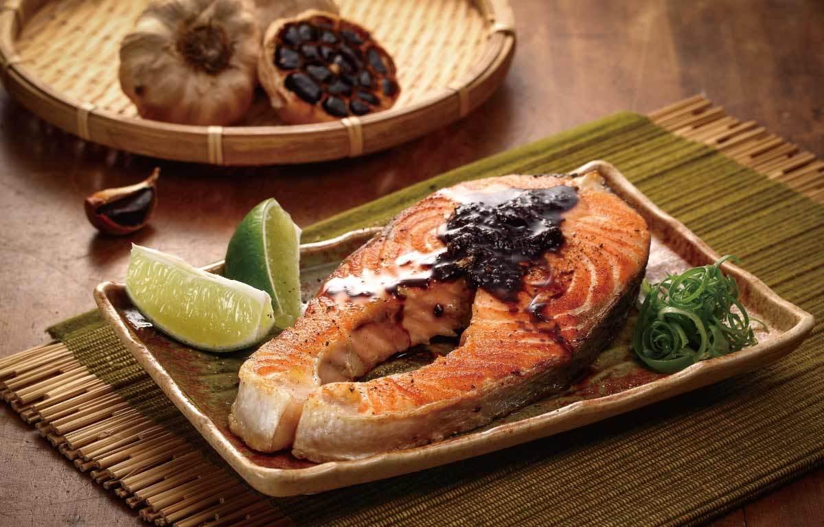 香煎鮭魚以及黑蒜醬汁