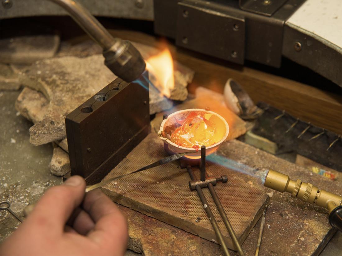 真金不怕火煉,當黃金燒熔時,若夾藏其他合金就會暴露出來。