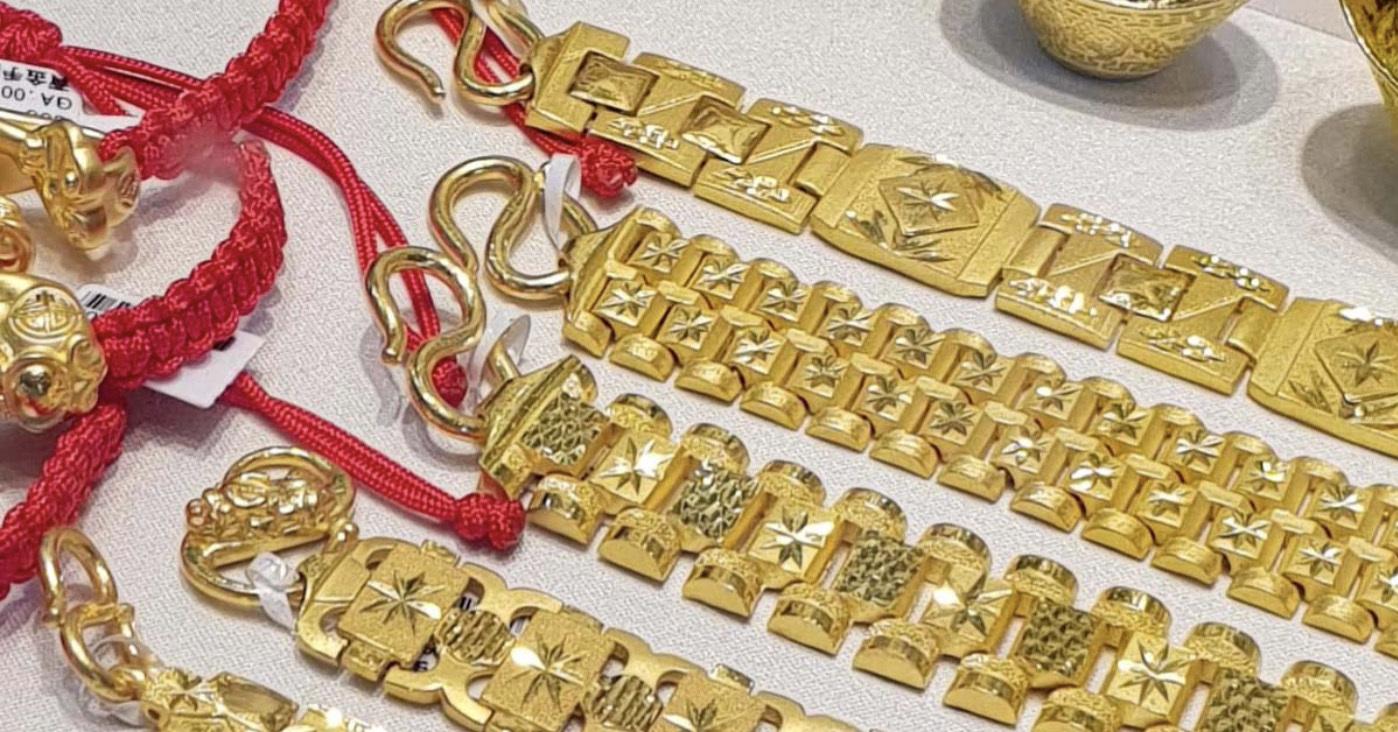 純金飾品多採用W、M或S扣環結構,K金則較常見彈簧扣。