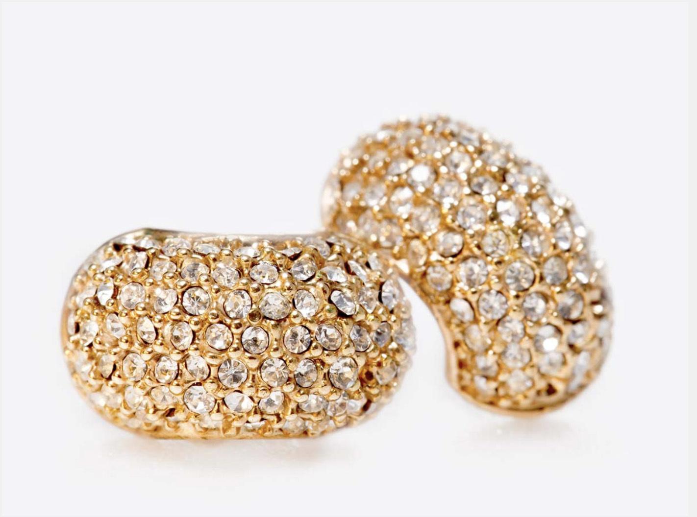 有些戒指為了增添賣相,會使用鋯石替代鑽石,人工鋯石價格低廉,也會增加回收難度。
