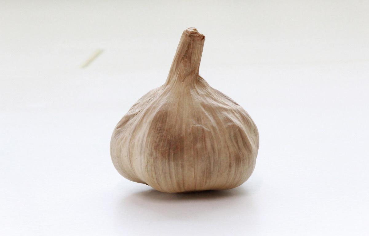 一顆完整的黑蒜頭