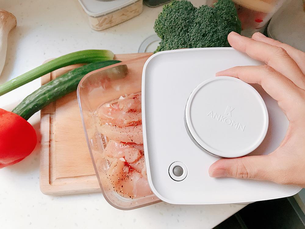調味好的雞胸肉,將要放入真空盒中醃漬