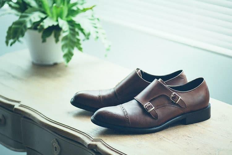 深咖啡雙扣孟克皮鞋與盆摘一同展示於窗台邊