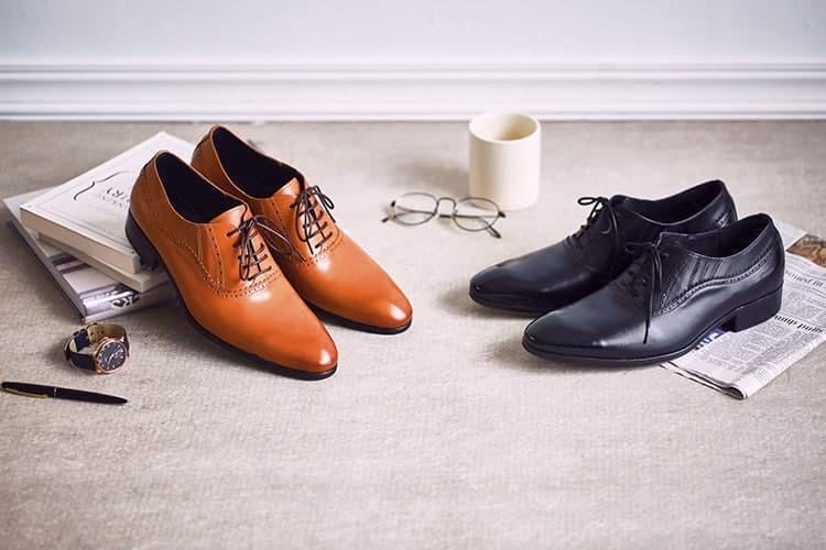 咖啡色與黑色商務牛津鞋擺放在米色地毯上