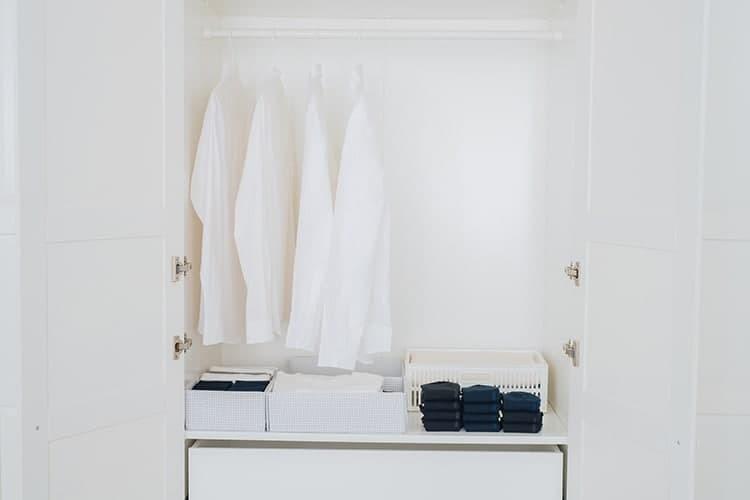 黑色與深藍色紳士襪整齊的折疊擺放在白色衣櫃內