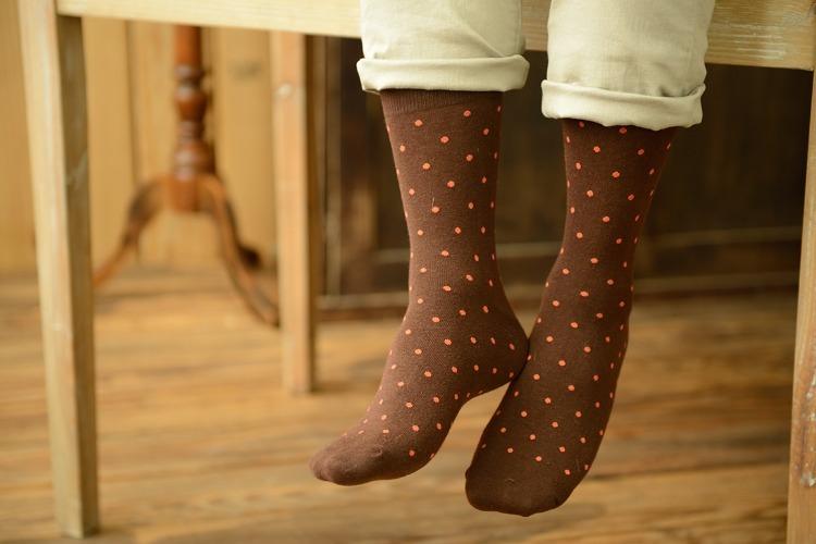 亞麻褲與咖啡色點點襪
