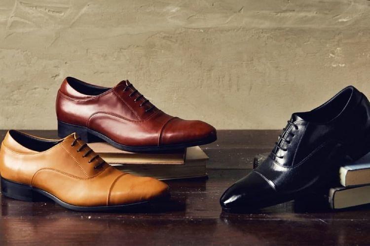 膠底牛津鞋基本款3色黑色、栗紅棕、蜜棕色側面展示在放有書本的桌面上