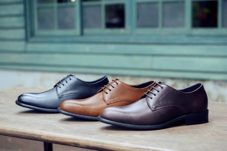 基本款膠底德比鞋黑色、咖啡色、濃淬咖色斜著擺放在綠色窗戶前的木架上