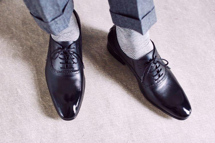 俯視特寫模特雙腳黑色商務牛津鞋搭配灰色西裝褲