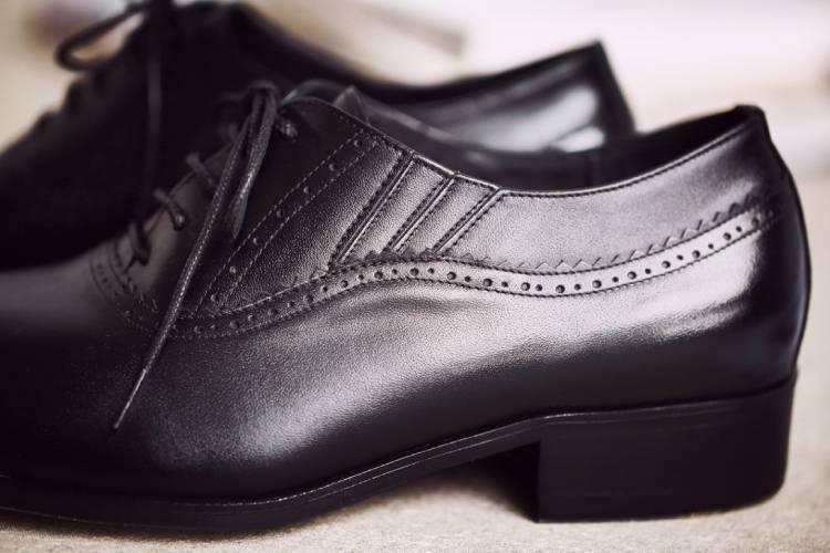 黑色商務牛津鞋隱藏鬆緊帶部分局部特寫
